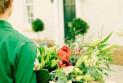 Преимущества доставки цветов курьером
