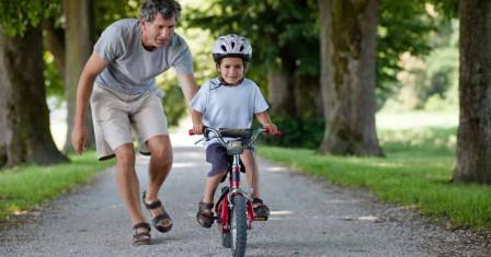 Учим ребенка кататься на детском велосипеде
